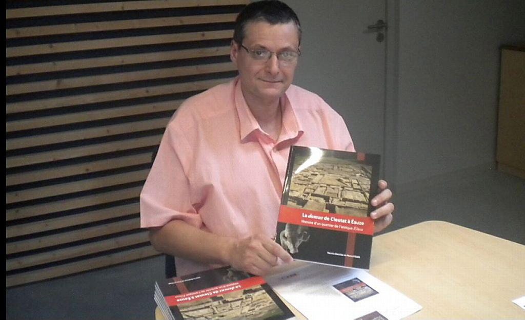 Pierre Pisani dédicaçant son livre